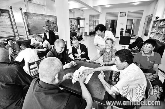 圖為:老人們在佛祖嶺養老院內打牌休閑