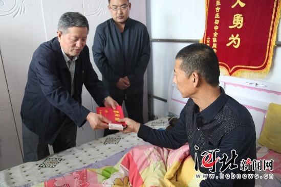 9月17日,河北省见义勇为基金会理事长李德兴专程赶到杨彦考家中慰问。