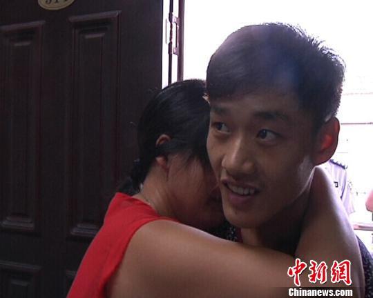 图为在失散15年后,在警方协助下姚某母子重聚。 王榕春摄