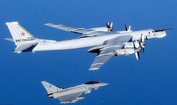图片:遭拦截的俄罗斯战机(美国和英国国防部发布)