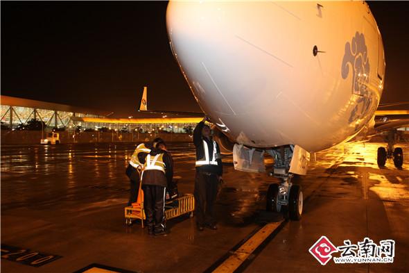 东航云南9月内连续引进737-800客机 云南网讯(记者 杨之辉 通讯员 解超)9月20日19时54分,一架机号为B-1703的波音737-800落地长水机场,正式加盟东航云南,为东航云南继续加强枢纽网络建设提供了更为充沛的运力。9月内连续引进2架737-800,东航云南机队规模扩大至64架。 随着东航云南推进枢纽建设速度和提升枢纽保障效率工作的深入开展,结合东航高效精飞,强化收益的思路,充分发挥机组、运力资源,持续优化航线航班,围绕枢纽航班波,科学布局运力,继续发挥整体航班联动效应,将国内站点通过昆