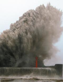 凤凰台风袭台,台东市富冈渔港出现逾20公尺高惊天巨浪。图自《联合报》