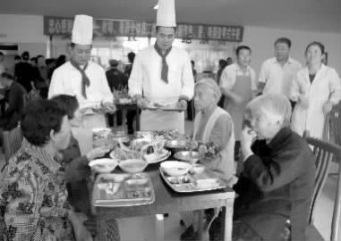 吃到正宗粵菜,老人很知足 本報記者 遲久陽 攝