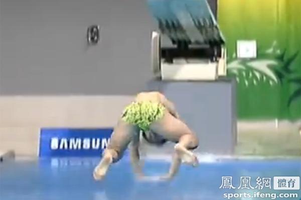【ア大会】飛び込み韓国選手が不格好な着水で0点 コーチ「風のせい」 組織委員「空調は止めてある」