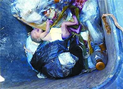 原标题:早产女婴被遗弃垃圾桶