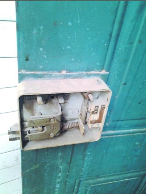 单元防盗门内被破坏的门锁