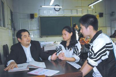 陈良毅(左一)正在对学生进行课外辅导。