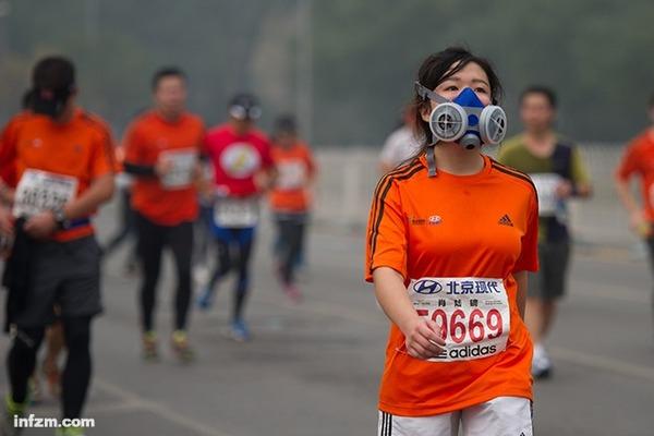 选手带着口罩在2014年北京马拉松赛的比赛中.当日,2014年北京马图片
