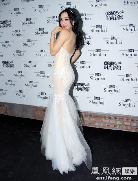 裹身蕾丝拖地长裙,以及镂空设计令钟丽缇前凸后翘的性感身材若