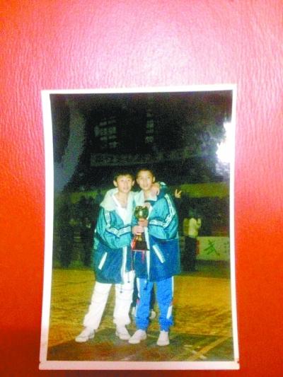 滚动新闻      叶炬麟(左)如今带着学生打晚报杯.图片