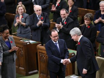 法国总统奥朗德和加拿大总理哈珀在议会演讲之前握手.-奥朗德称恐