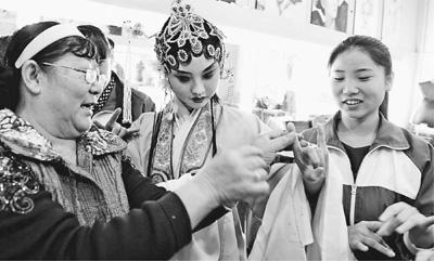日前,河北省保定老调剧团的老演员到南市区职业教育中心手把手地教