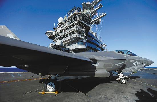...图为一架F-35战机降落后停*尼米兹号航空母舰上.*/路透-...