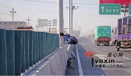 """乌鲁木齐市一地下通道不通 行人过街""""跨栏"""" 隔离墩图片"""