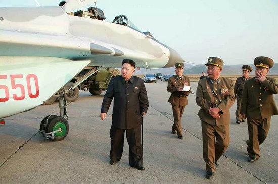 朝鲜人民军空军_资料图:金正恩指导朝鲜人民军航空与防空军战斗飞行员.