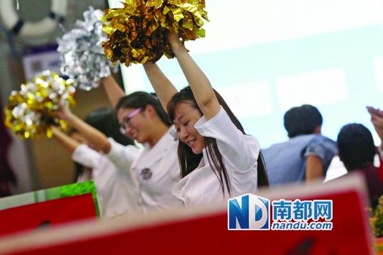 11月11日凌晨,深圳莲塘一家服装公司,为了提振士气,后勤队伍会定时给大家带来歌舞表演。