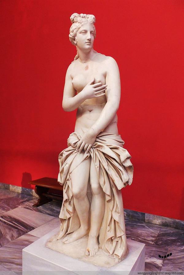 """最著名的雕像是在米洛斯岛出土的""""米洛斯的阿佛洛狄忒""""."""