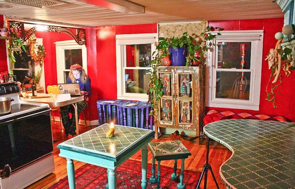 国际在线专稿:据英国《每日邮报》11月12日报道,在美国纽约州海福尔斯(High Falls)的森林中矗立着一座叫卡里克(Calico)的彩虹屋。一眼望去,小屋的外观色彩斑斓,仿佛童话中的小城堡。屋内的颜色更是五彩缤纷,精美的枝形吊灯和各色墙面交相辉映,让人过目不忘。