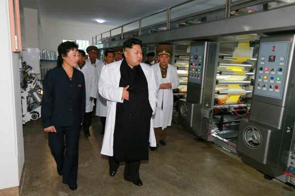 金正恩视察食品厂,查看生产车间(图片来源:劳动新闻)