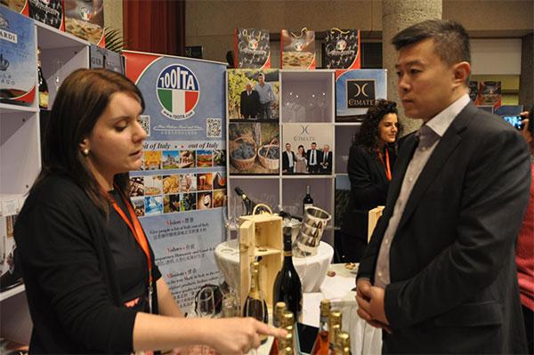 意大利酒商向中国顾客推介葡萄酒 (人民网 马晓春摄)