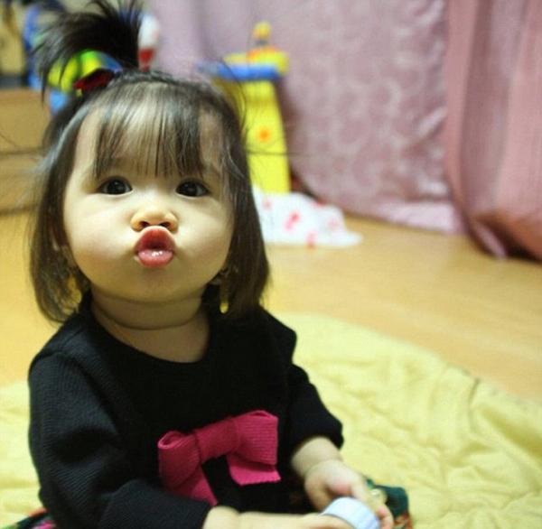 国际在线专稿:据英国《每日邮报》11月18日报道,5岁的菲律宾和韩国混血小萝莉布莱娜允(Breanna Youn)擅长嘟嘴,因其可爱的形象在社交网站Instagram上拥有近110万粉丝,直逼好莱坞当红明星。每天,布莱娜都能接到大量粉丝上供的价格昂贵的奢侈品,包括LV和香奈儿包包,以及一些名牌服饰等。目前,在粉丝的邀请下,她已经移居迪拜,过着名媛般的奢侈生活。