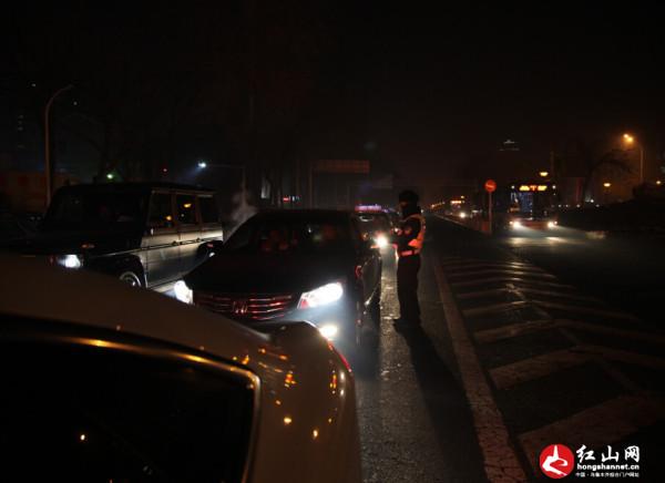 乌鲁木齐高新区(新市区)在辖区50个路口对夜间交通违法行为展开检查.