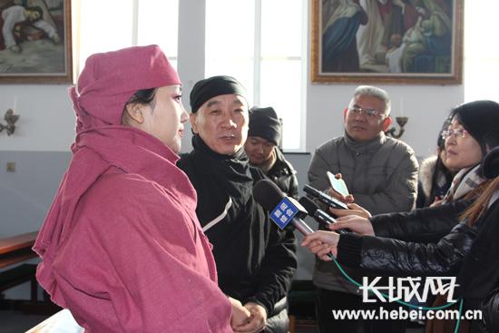 剧组人员接受媒体采访。长城网  张光明  摄
