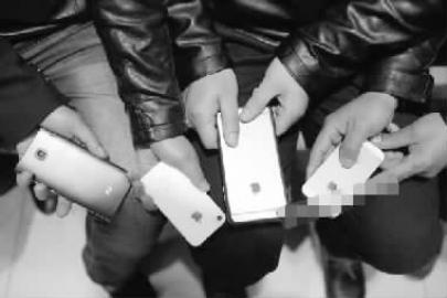 四个人里有三个拿着苹果手机