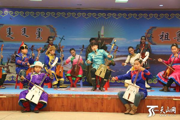 在悠扬动听的蒙古族长调的伴唱下图片