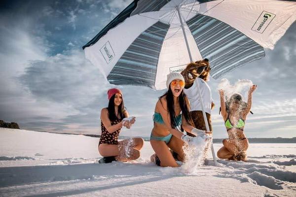 西伯利亚的白色沙滩广告片请来比基尼少女拍摄宣传