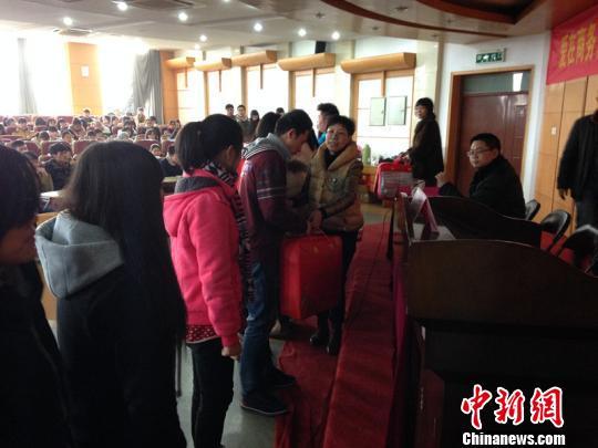 """而令人吃惊的是,眼下在浙江金华职业技术学院,也刮起了一股""""温暖"""