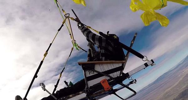 据报道,罗纳先用50个氦罐将90个气球充满气。然后在朋友们的帮助下把椅子与气球用绳索绑到一起。视频中,罗纳携带猎枪,坐在椅子上随气球升至2438米的高空。随后,罗纳开始用猎枪一个个击破气球。椅子下降到一定高度后,他再将椅子与气球分开,然后手持猎枪跳伞。最后罗纳打开降落伞,安全着陆。