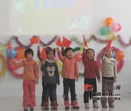 幼儿园中班小朋友表演唱歌曲《国旗