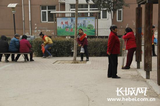 创建文明城市 小学生志愿者进社区捡拾垃圾护环境
