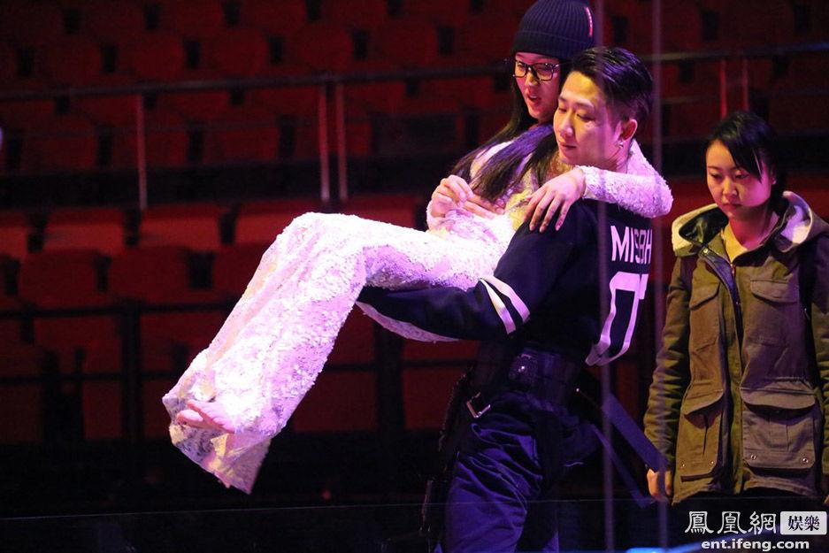 43岁杨钰莹获男子横腰公主抱显娇羞[高清大图]