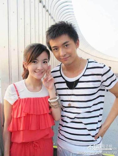 的演员李佳航、李晟去年宣布相恋,同年10月,疑似二人婚纱照被曝图片