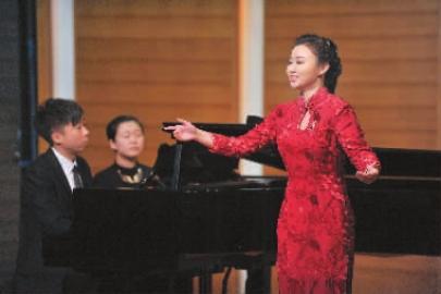 杨柠在舞台上演唱尚德义作品 新文化记者吴廷摄