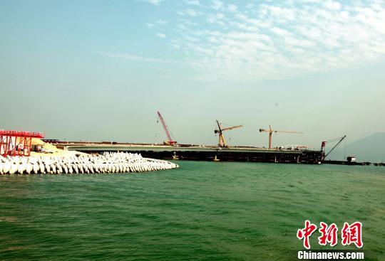 """港珠澳大桥建设抵达""""一国两制""""分界线王国柱摄"""