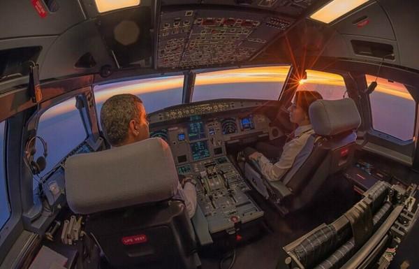 1万米高空看世界 飞机驾驶舱的别样景色