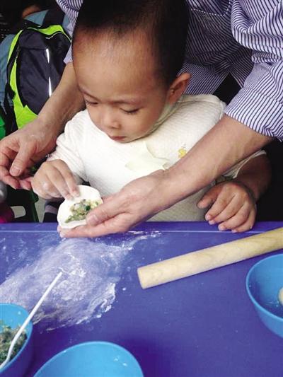 本次活动将让宝宝和家长亲身体验传统中国年,一起动手写对联,剪窗花