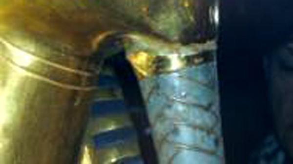 埃及法老黄金面具胡须折断 职员擅用胶水黏回刮花面具图片
