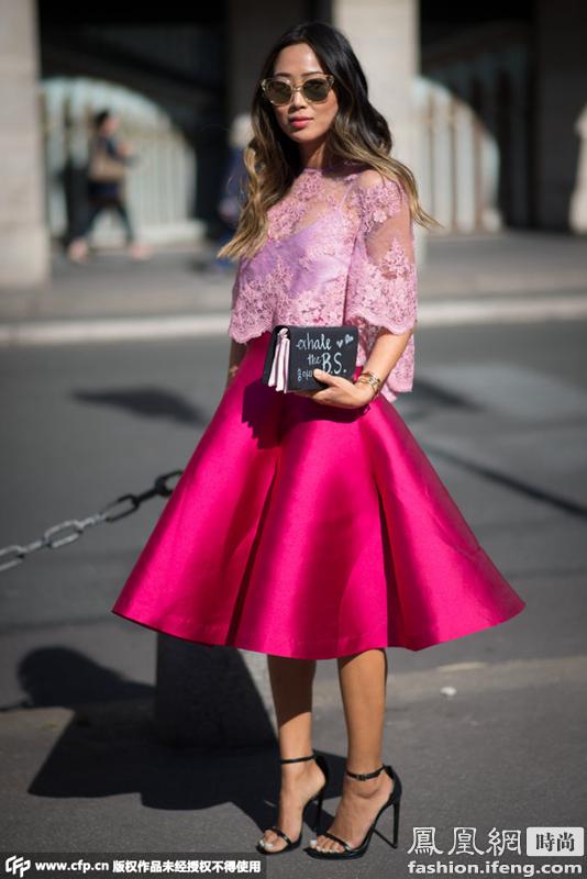 粉色蕾丝薄纱上衣搭配枚红色伞裙