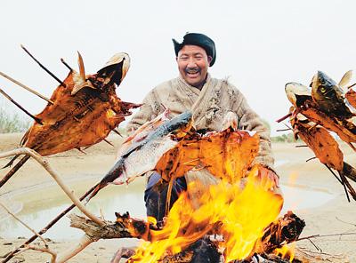 新疆塔里木盆地东北边缘尉犁县墩阔坦乡的塔里木河河畔,古老的罗布人