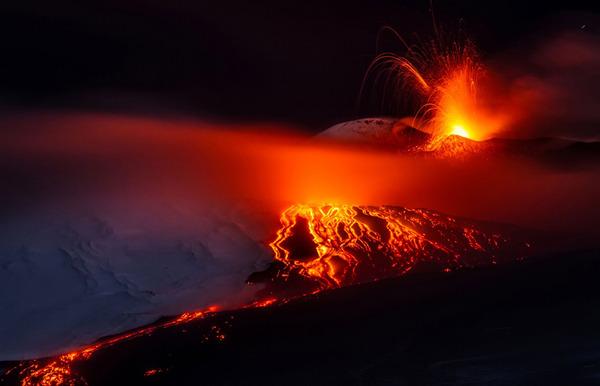 意大利埃特纳火山爆发 熔岩喷涌似火龙飞舞(高清组图)