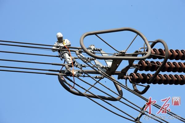 河南首次开展特高压直流输电线路带电检修 保疆电东送