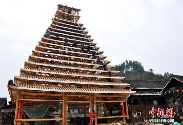广西三江侗族村民建鼓楼迎新春