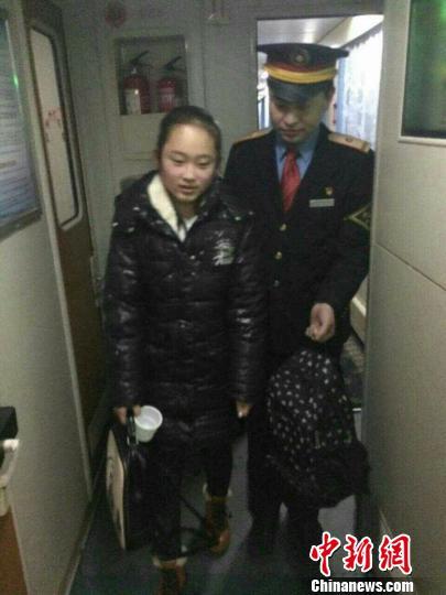 14岁女生女孩赴京团聚列车员亲人v女生至单身爱上一个爱心表现图片