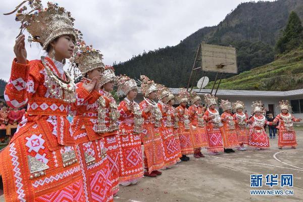 当日是大年初三,贵州省榕江县朗洞镇岑最苗寨邀请宰牙苗寨芦笙队来本