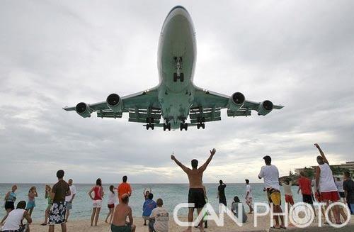 世界上最诡异的海滩 飞机头顶低空过