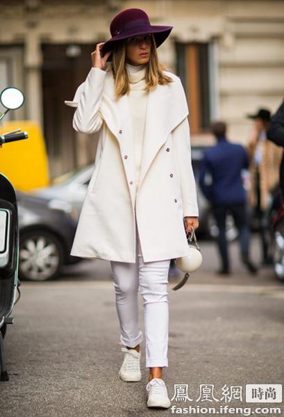 搭配 白色高领毛衣,白色牛仔裤